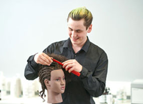 职业学生美发师在做人体模特的头