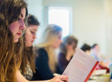 一排英语学生在教室里读书