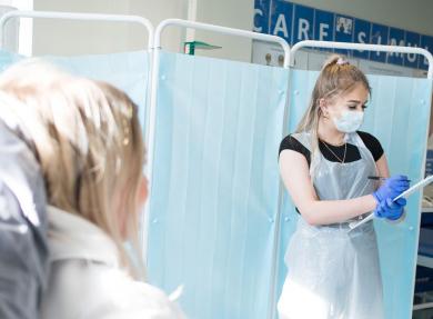 两名健康和社会护理学生在病人和护理人员的模拟情境中