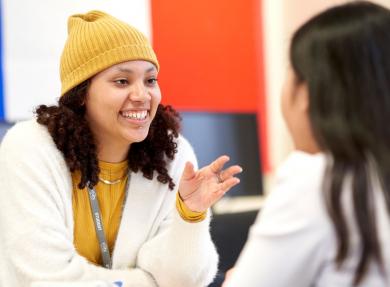 两个学生在教室里进行法语会话