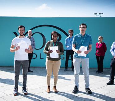 2021年GCSE成绩日学生和工作人员合影