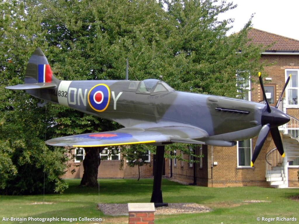 Aviation photographs of supermarine spitfire mk ix for Replica mobel england