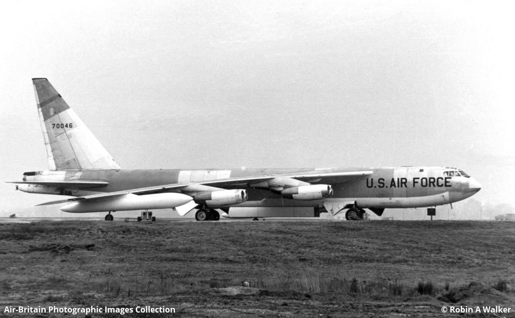Boeing B-52F Stratofortress estacionado na Base Aérea Faiford da RAF, na Inglaterra em 1964.