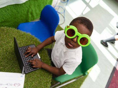 Randal Cremer_portrait kid with goggles on computer