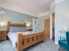 King Room w/En-suite (First Floor)