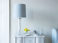 Shardy table lamp with glass base and plain shade
