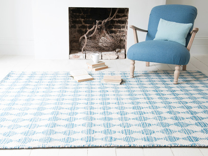 Waves patterned woven floor rug in Blue