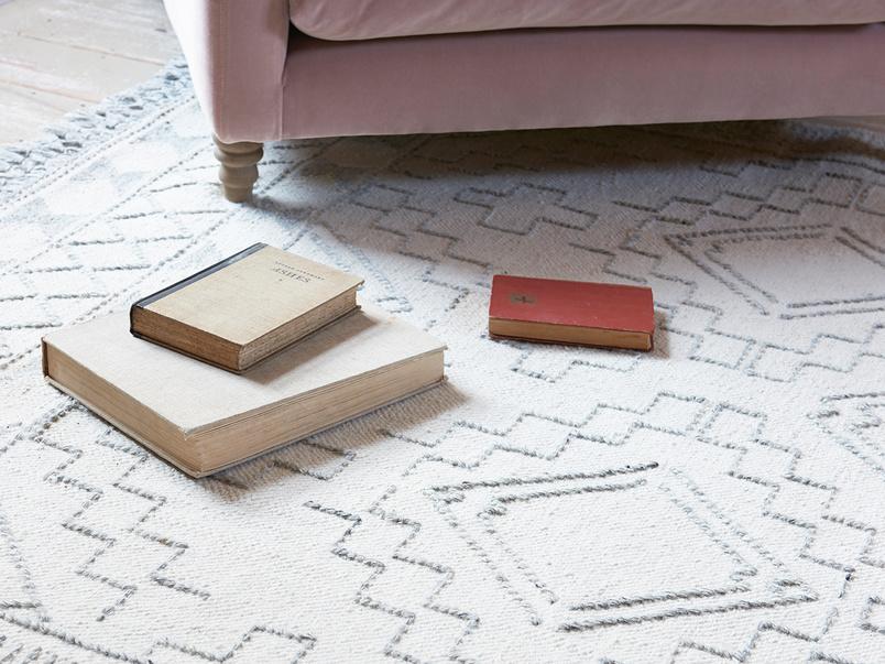 Sketch patterened wool floor rug