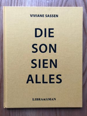 The photographic book cover of Die Son Sien Alles by Viviane Sassen. In Hardcover.
