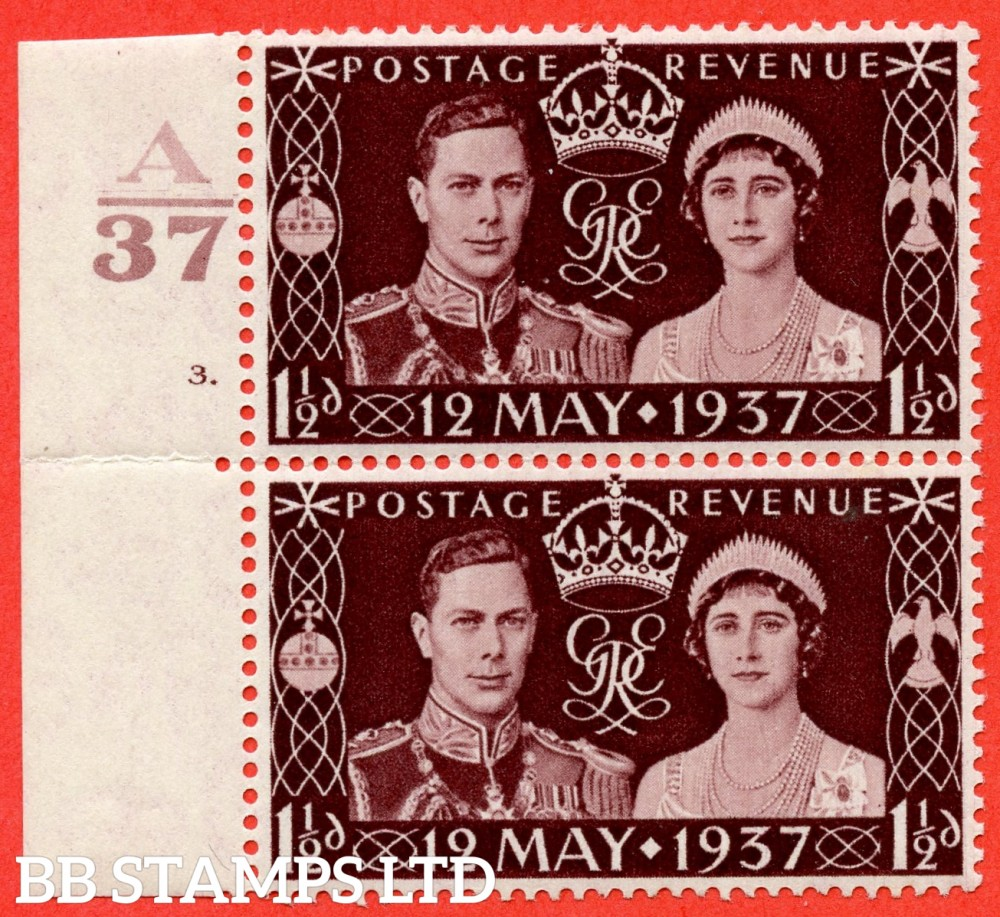 "SG. 461. Qcom1 (i). 1½d maroon. A mounted mint left hand marginal vertical pair with the top stamp having the listed variety "" pearl in orb "" Row 18/1."