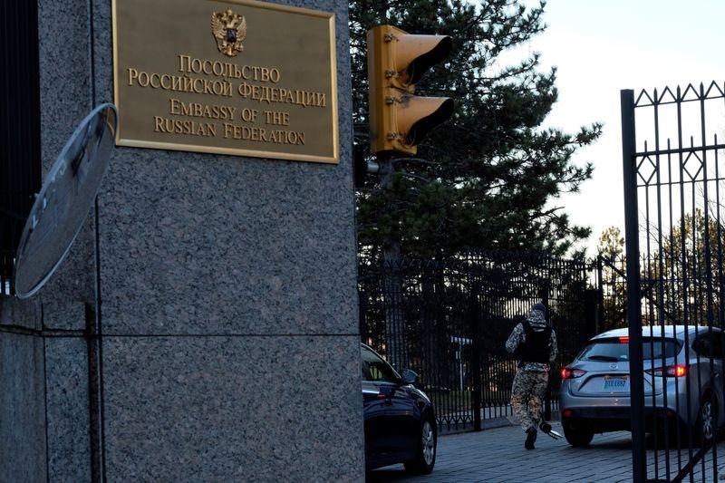 FILE PHOTO: A guard screens cars entering the Russian embassy on Wisconsin Avenue in Washington, U.S. December 29, 2016. REUTERS/James Lawler Duggan