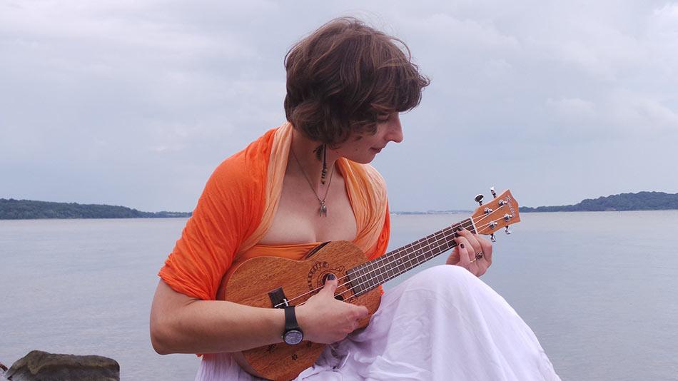 ragazza che suona ukulele