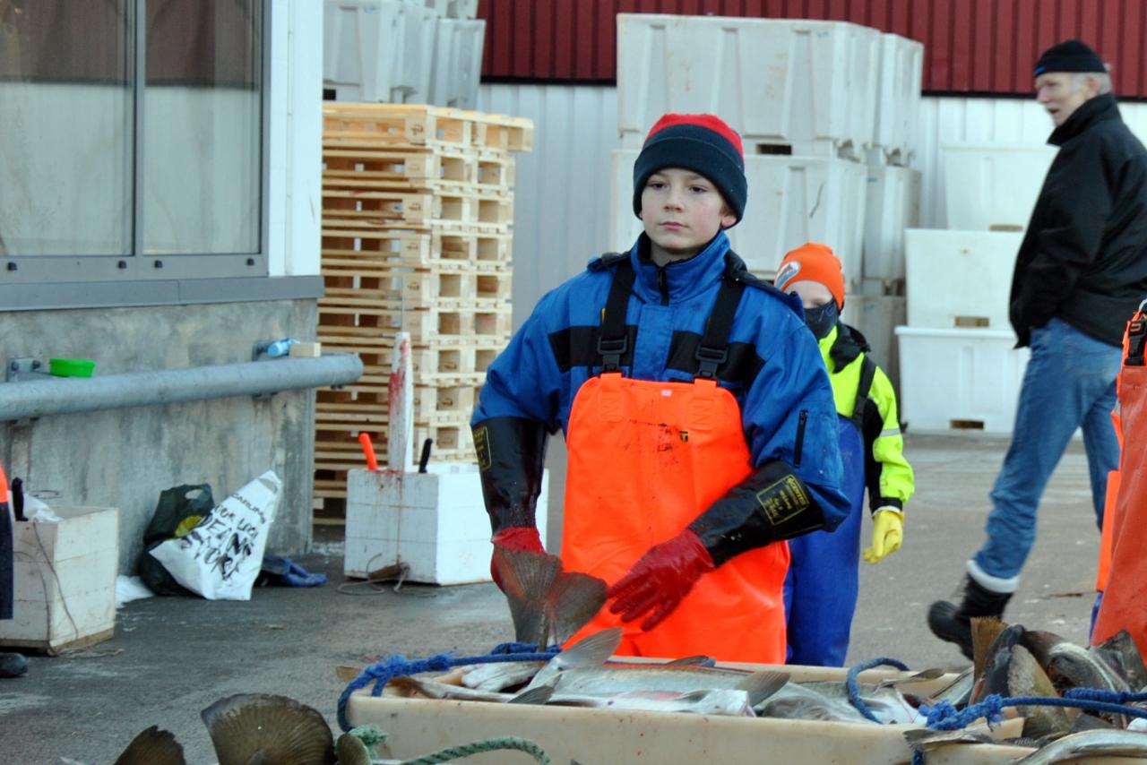 Henrik Widnes Hansen skjærer tunger for aller første gang på vinterferie i Lofoten.
