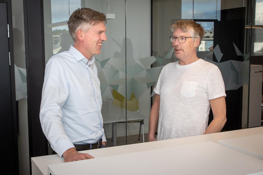 EN SPENNENDE REISE: Veksten har vært stor og COWI Bodø ser frem til nye muligheter. Her er avdelingsleder bygninger Claus Mellingen i samtale med kontorleder Sigmund Rønning.