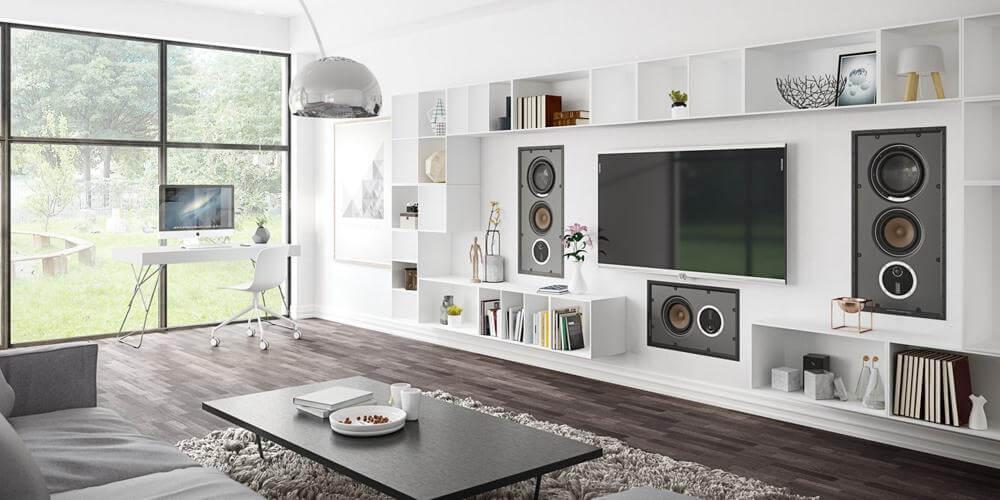 EN VEGG AV LYD: Stuen er det rommet hvor det tradisjonelt sett er viktigst med god lyd. Her skal en kose seg med venner, musikk og god film. Store kvalitetshøyttalere med et stort lydbilde - plassert i veggen.