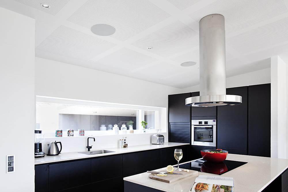 GOURMET-LYD: Integrerte høyttalere på husets kanskje viktigste rom- kjøkkenet. Kokkelering på fredag over et glass, og god lyd = fantastisk. Med en meget brukervennlig app kan kokken selv styre musikken, uavhengig av hva som ellers lyttes til i boligen.