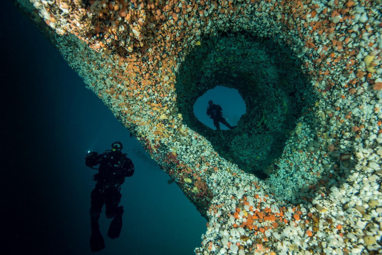 På vei ned i den magiske verdenen under overflaten. Å unngå de fantastiske formasjonene og det yrende dyrelivet er nærmest umulig.Foto: Vebjørn Karlsen