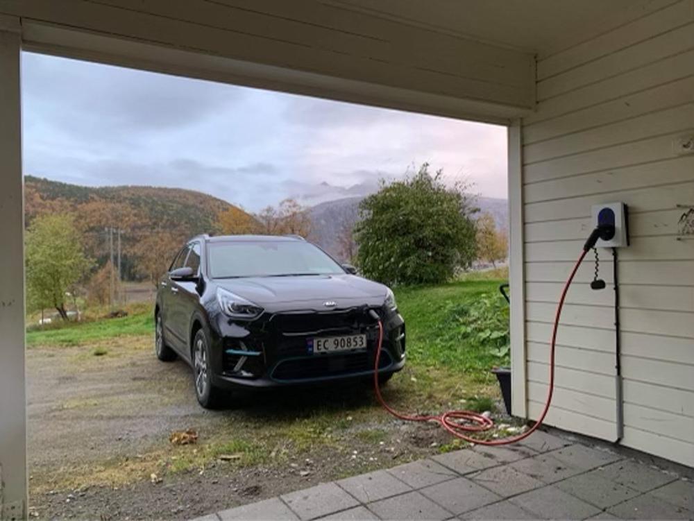 RIKTIG LØSNING: Hjemme hos Kine Nordgård-Hansen er de meget fornøyde med laderen som de har kjøpt hos Bodø Energi.