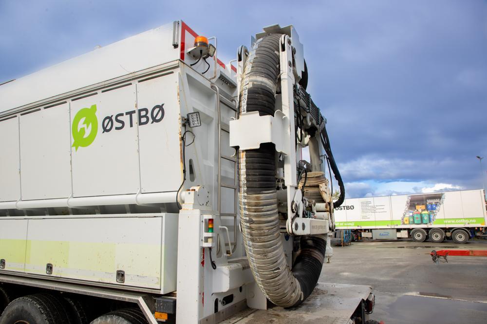 STOR ETTERSPØRSEL: De to gravesugerbilene til Østbøs AS er meget etterspurte og jobber i hele Nord-Norge.
