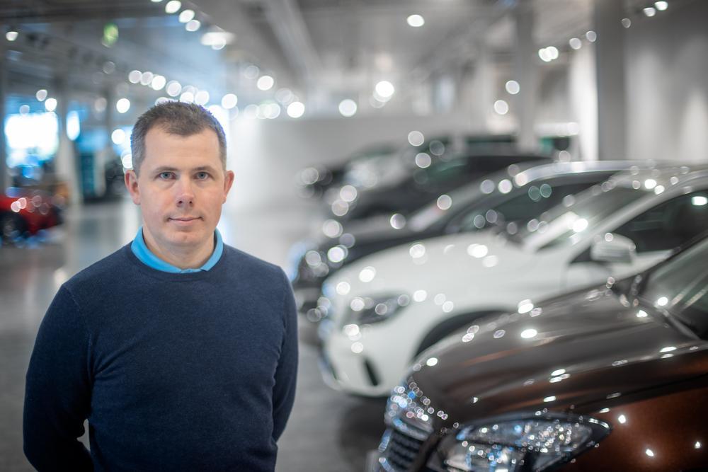 VARIERT HVERDAG: – Ingen dag er lik og du møter hele tiden spennende utfordringer i bilbransjen, sier Vinjar Sælø.