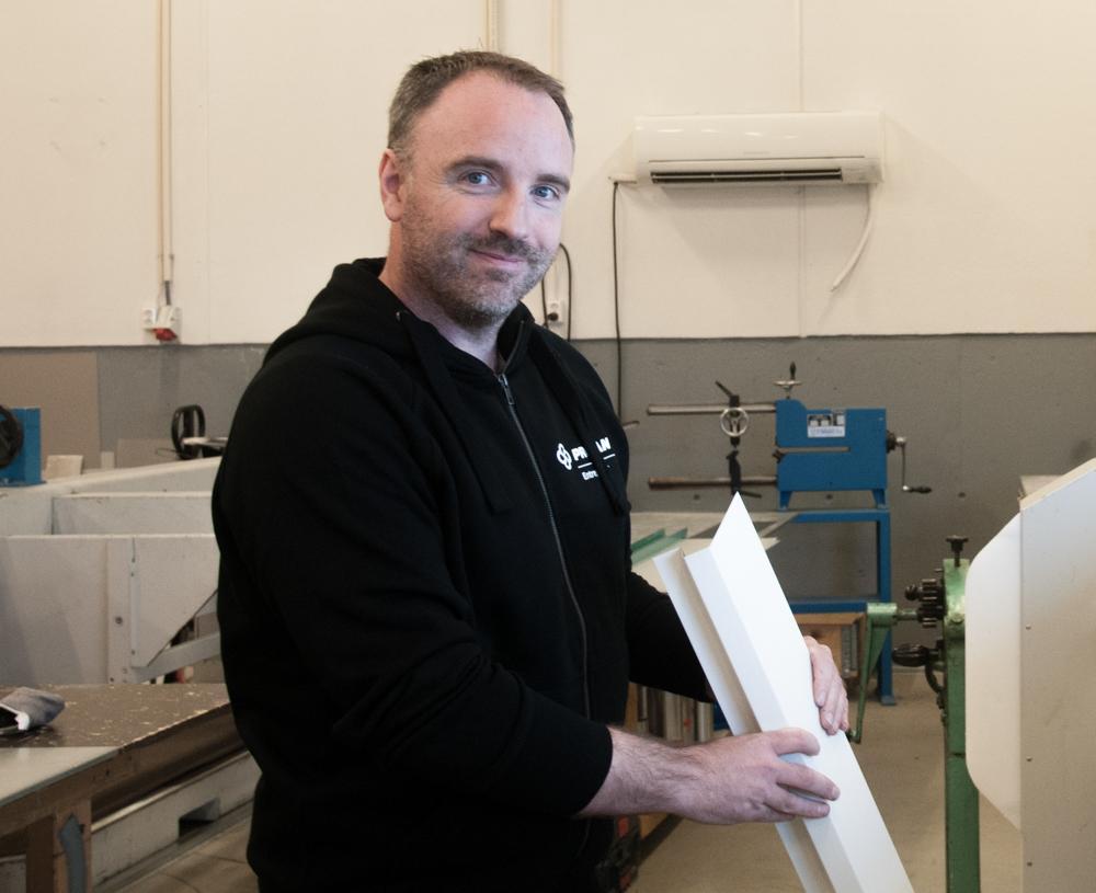 LANG ERFARING: Frank Mentzoni stortrives i jobben, og tar gjerne kundenes utfordringer på strak arm.