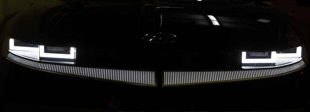 AGGRESSIV STIL: Frontlyktene på en Hyundai Ioniq 5 signaliserer med alle mulig tydelighet at dette er en bil med sterk personlighet.