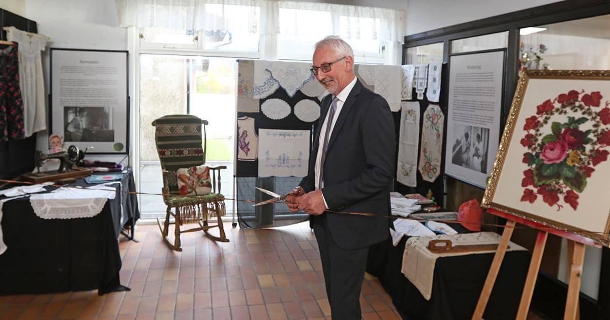 Ordfører Olav Jørgen Bjørkås åpnet utstillinga tirsdag, og den blir stående til 4. november.