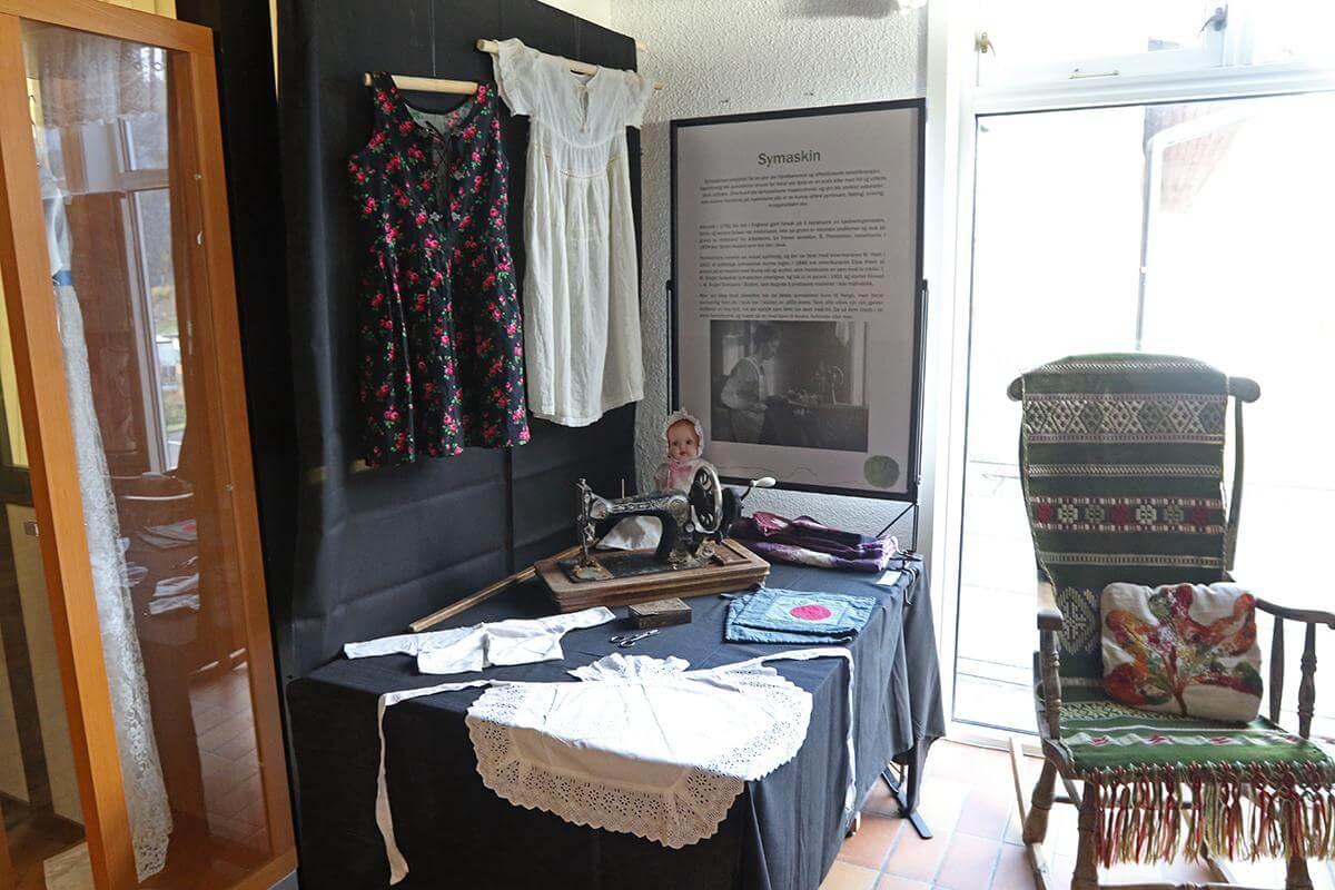 Mange har et forhold til Singer symaskin, og den er med på utstillinga.