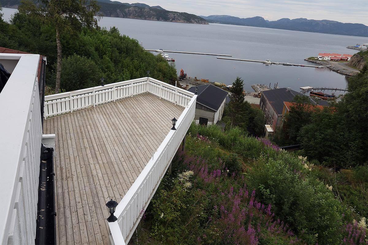 De kommer til å åpne verandaen nede også, men før det skjer må de gi den ett strøk maling(Foto: Kathinca Andersen Hilstad)