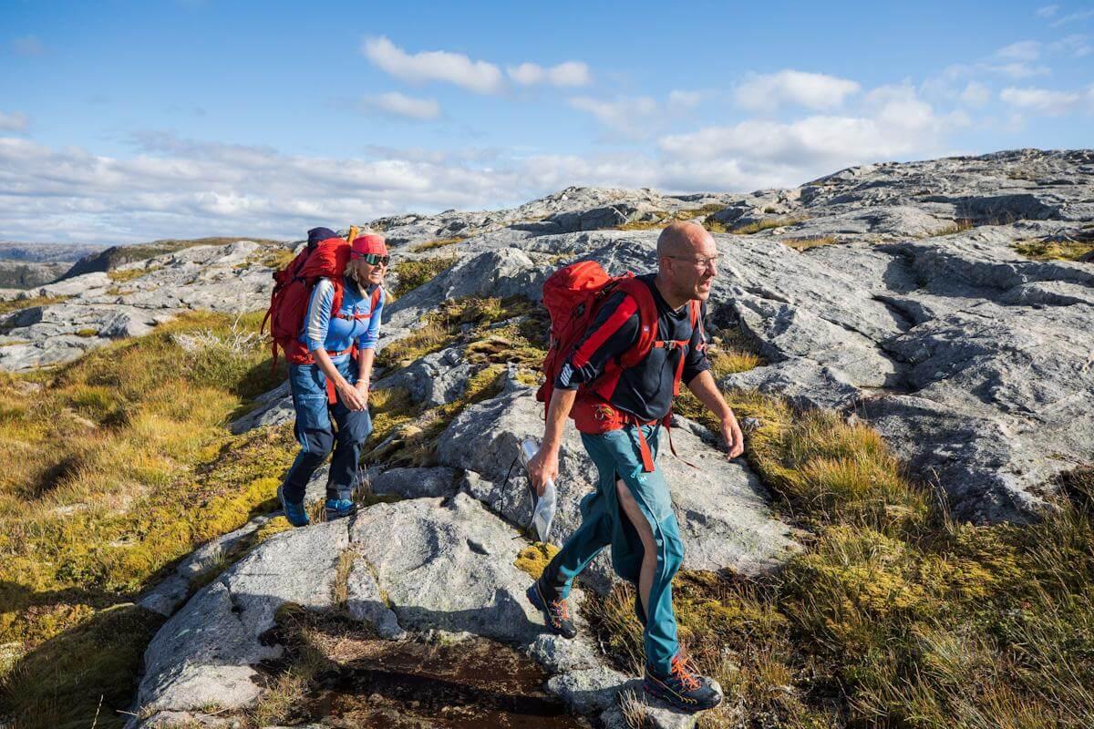Vår Staude og Henrik Elvestad på veg over fjellet, trolig mot toppen av Hanshallaren der de måtte rappllere ned. (Foto: Haakon Lundkvist)