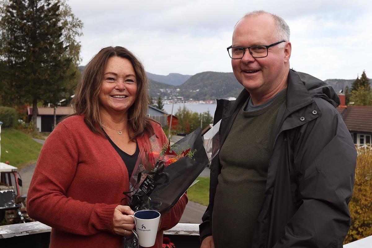 Redaktør Ove Magne Ribsskog overrakte blomster og Flatangernytt-kopp til Anne Lise Aakvik - abonnent nummer 700 - på Spillum tirsdag.