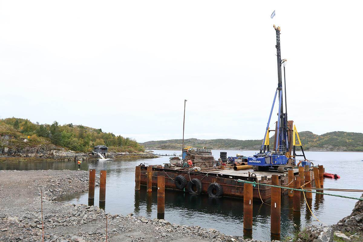 Lekteren ruver godt i Storlavika, der den pæler for veien som den nye båtheisen skal kjøre ut i sjøen.