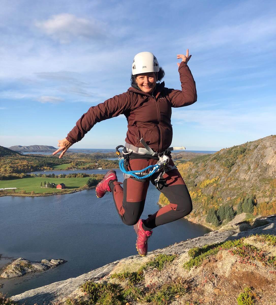 """Bente Snildal jubler over at Flatanger og Namdalskysten får topp reklame i """"71 grader nord"""". Her fra toppen av Via Ferrata-en på Strøm (Foto: Privat)"""