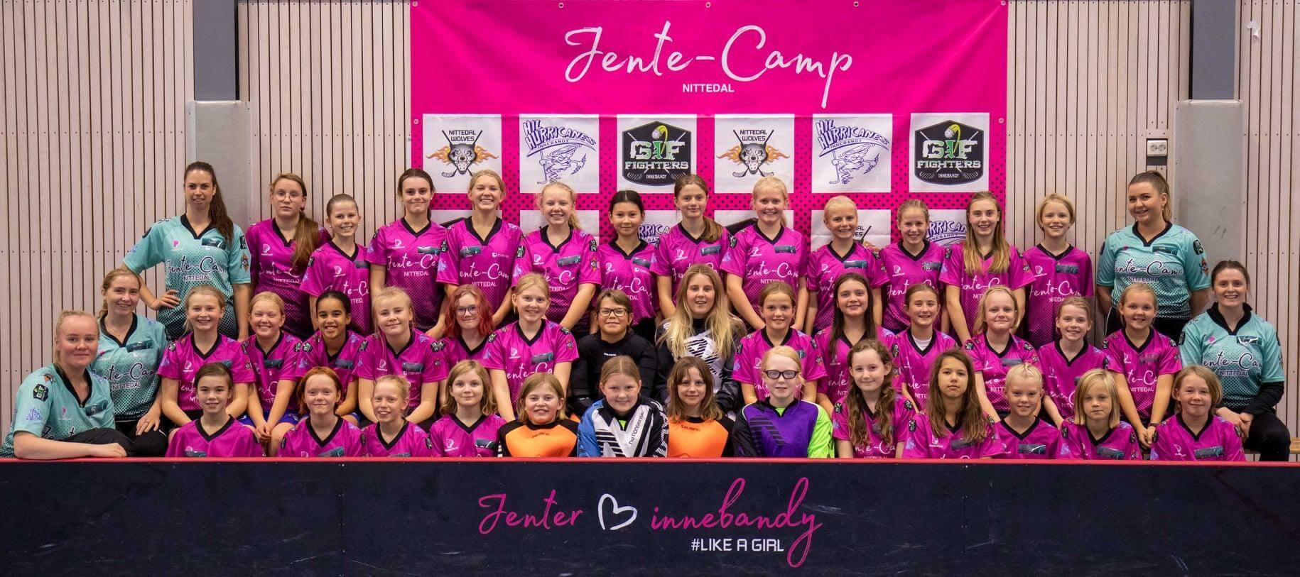 112 deltakere under årets Jente-Camp er rekord, her et lagbilde av de eldste jentene. Foto: Lars Dahl Friestad