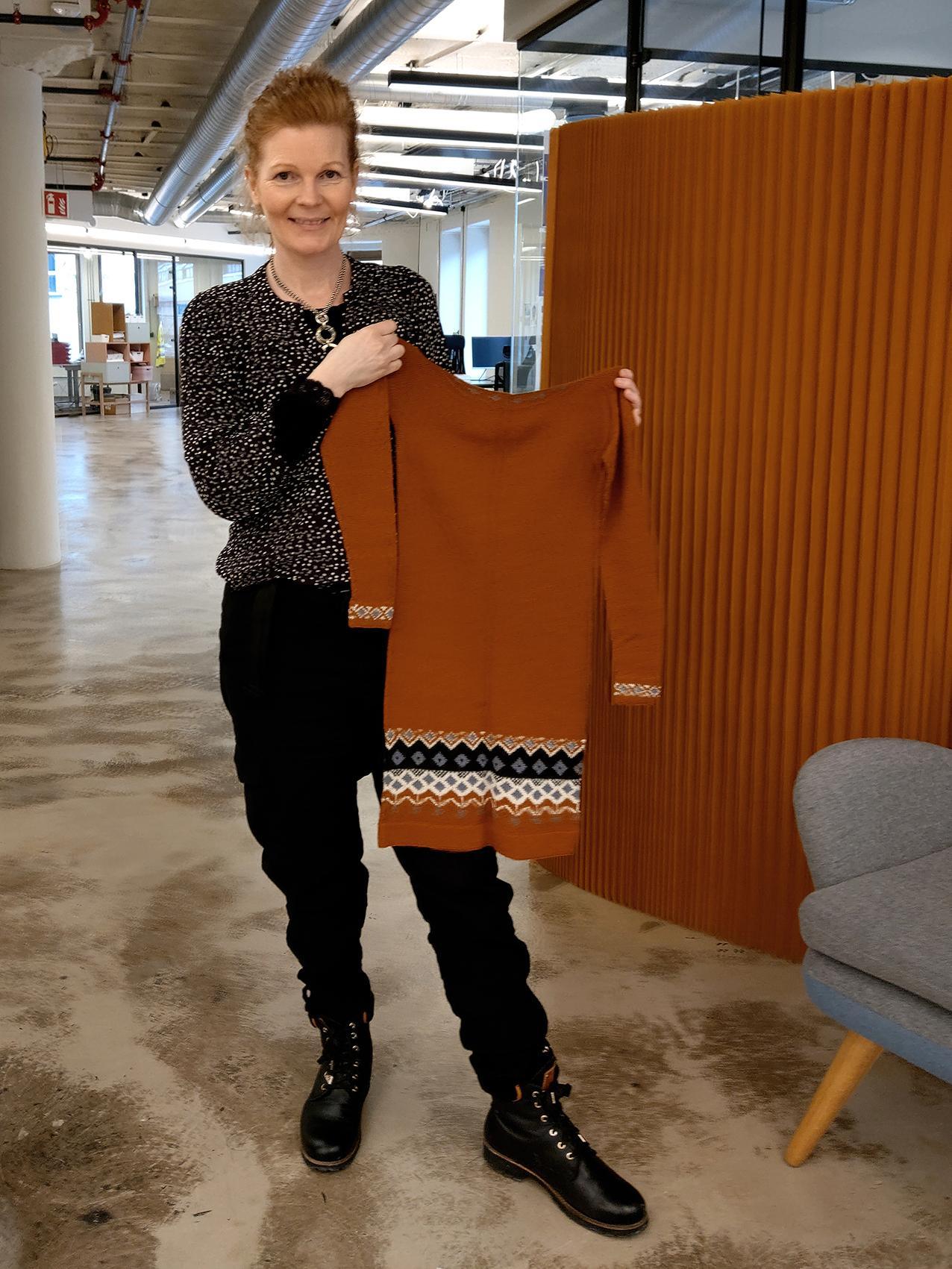 HURTIGSTRIKK: Cathrine Løland er daglig leder i Woolit, og opplyser at strikkerne i snitt bruker tolv dager på et oppdrag. Foto: Privat