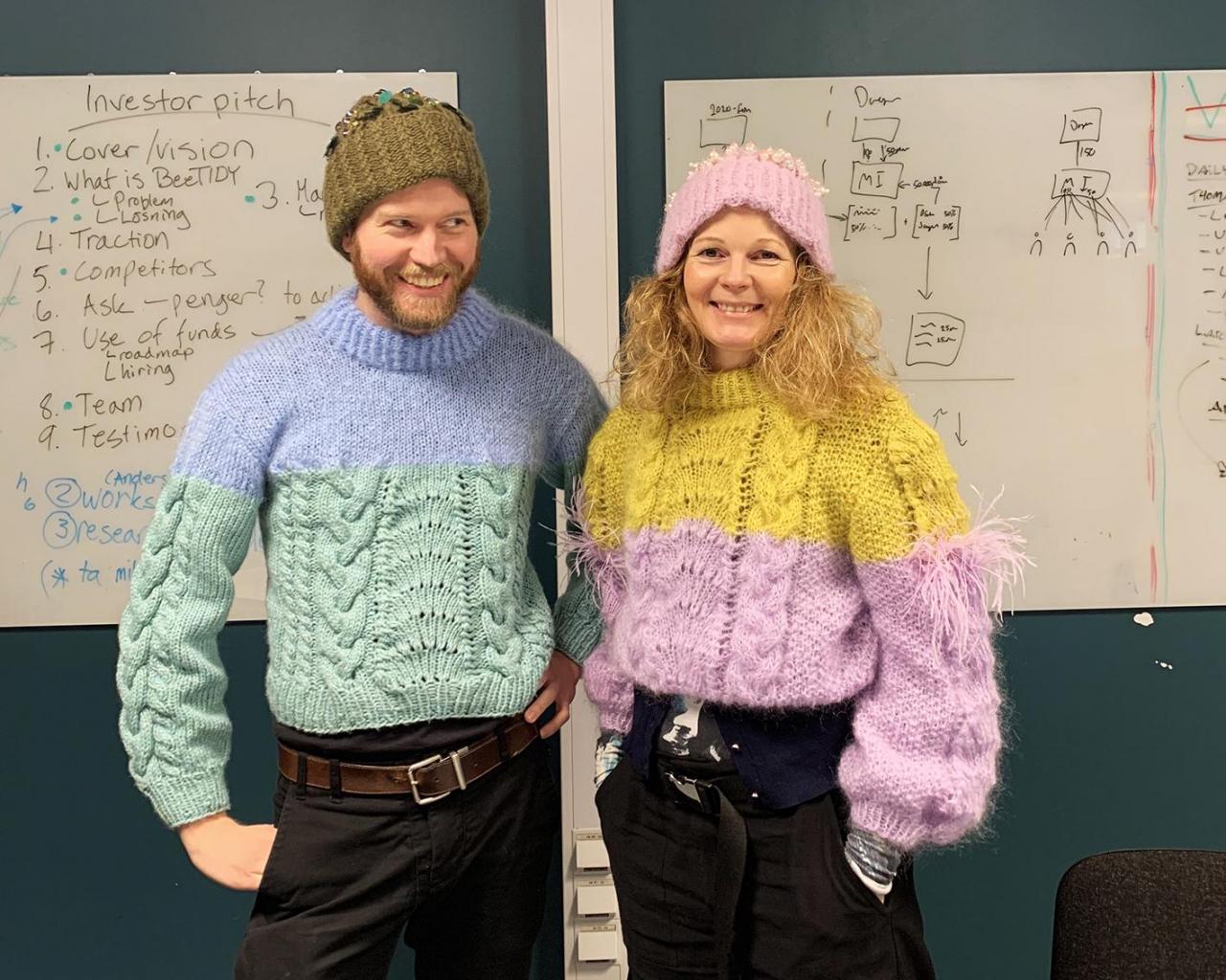 GRÜNDERE: Lars Barlindhaug og Cathrine Løland er to av de fire som står bak strikkeplattformen Woolit. Her er de kledd i gensere strikket for den norske designeren Malin Molden. Foto: Malin Molden