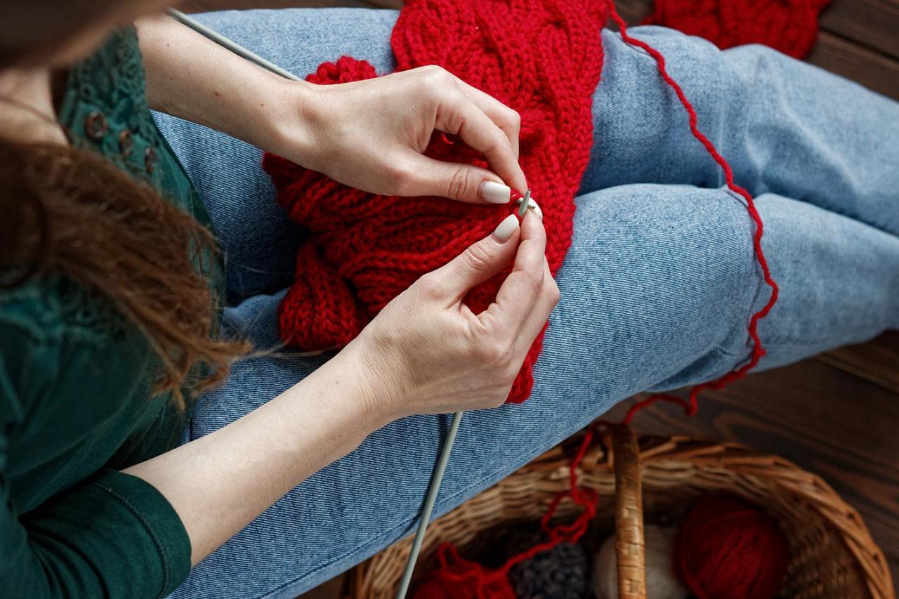 STRIKKEBØLGE: Stadig flere unge kvinner strikker, ifølge Forbruksforskningsinstituttet SIFO. Koronapandemien har gitt strikkebølgen ytterligere fart. Foto: Shutterstock