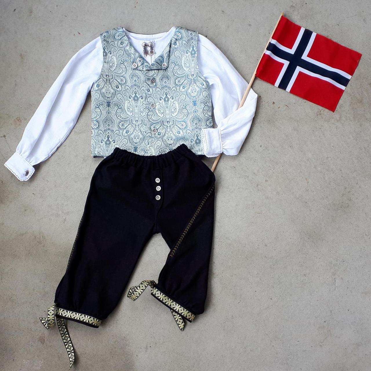 FESTDRAKT: Maja T. Berg har sydd klær for andre under navnet Mint & Mynte siden 2016, både til barn og voksne. Foto: Privat
