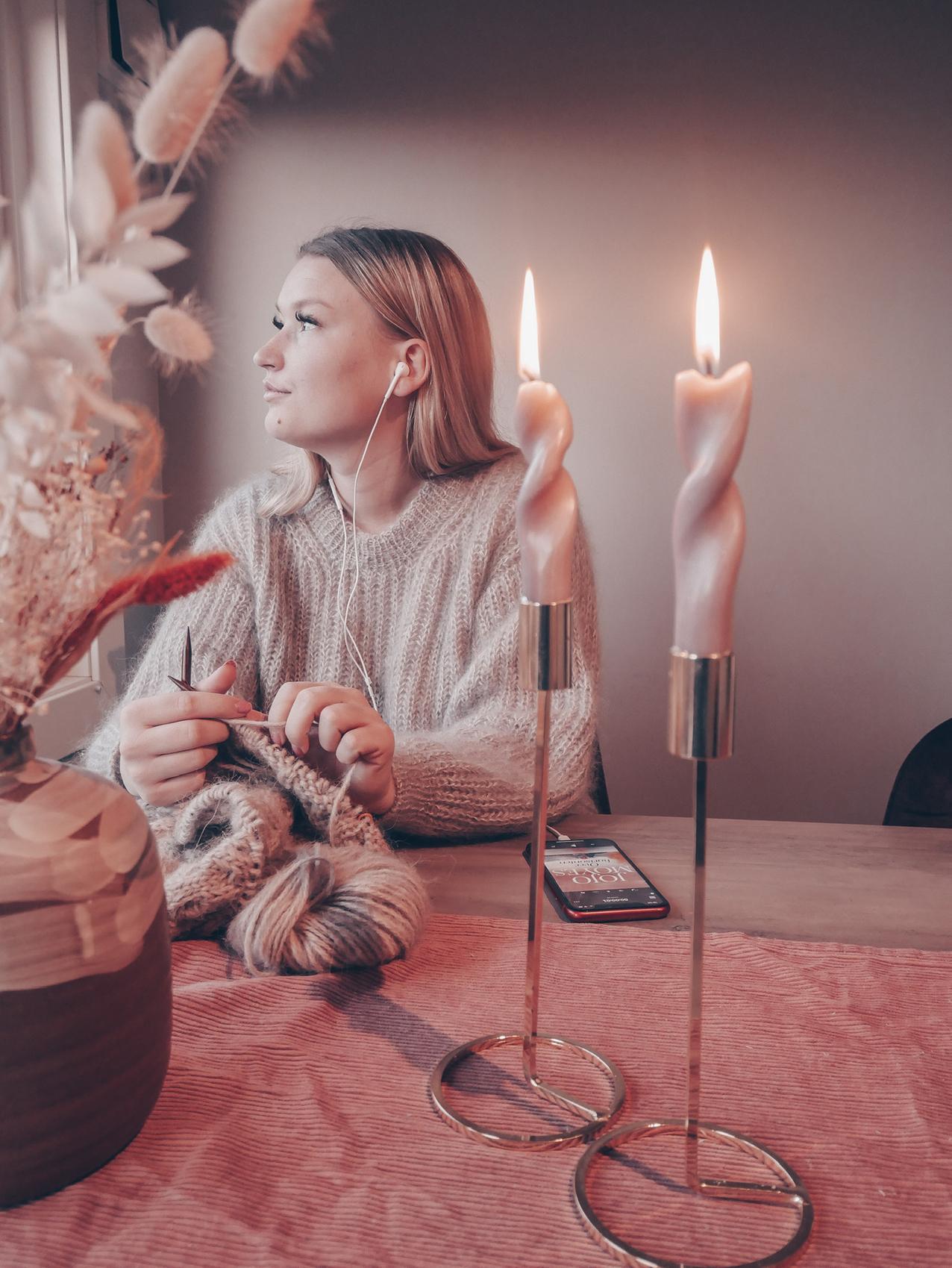 HOBBY: Christiane Ødegård har delt strikkeinspirasjon på Instagram-kontoen @christianeelene_ i to år, og har også mottatt forespørsler om strikking på bestilling der. Foto: Privat