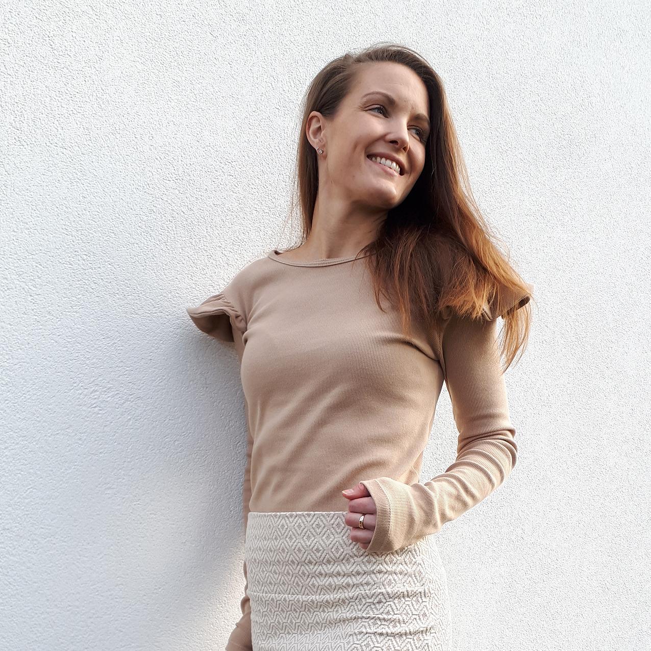 SYGLAD: Maja T. Berg syr klær på bestilling som en hobby. Her iført selvsydd antrekk. Foto: Privat