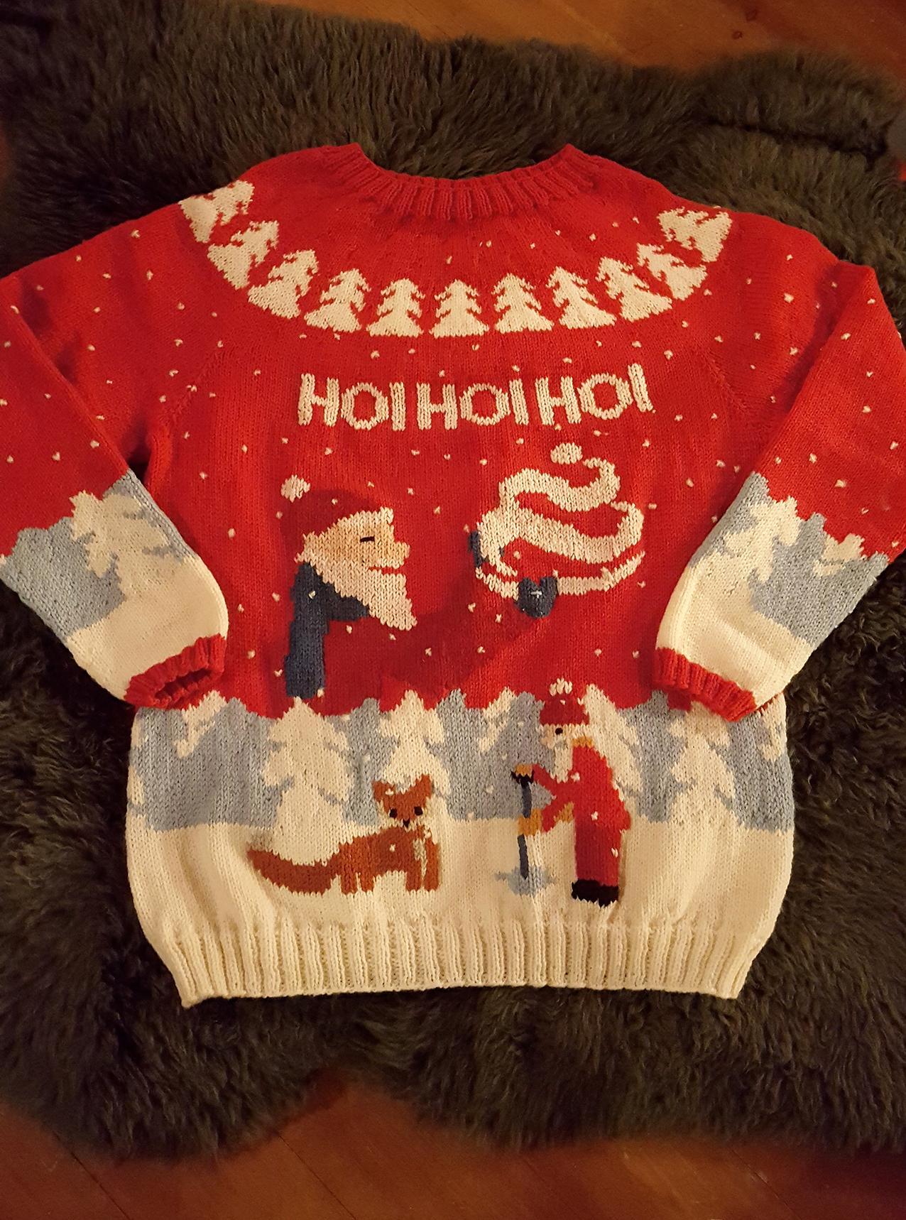 FIRMAGENSER: Pia Jørgensen har strikket denne genseren på oppdrag fra Hennig-Olsen Is. Foto: Privat