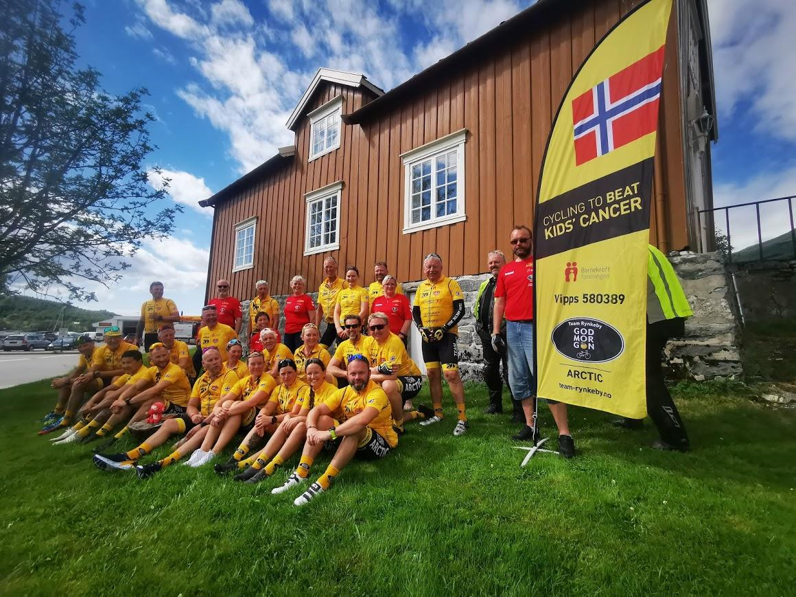 Hele teamet fra Nordland nord for Hamarøy, Troms og Finnmark samlet på Ørnes Handelssted etter dagens etappe fra Bodø. Foto: Astrid Berbusmel