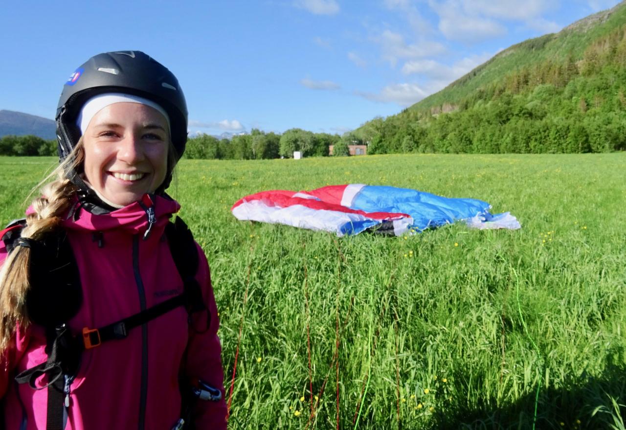 Emilie Ågheim Kalkenberg med beina trygt plantet på bakken igjen, etter tandemturen med paraglider Ole Jonny Rønneberg. Foto: Ole Jonny Rønneberg
