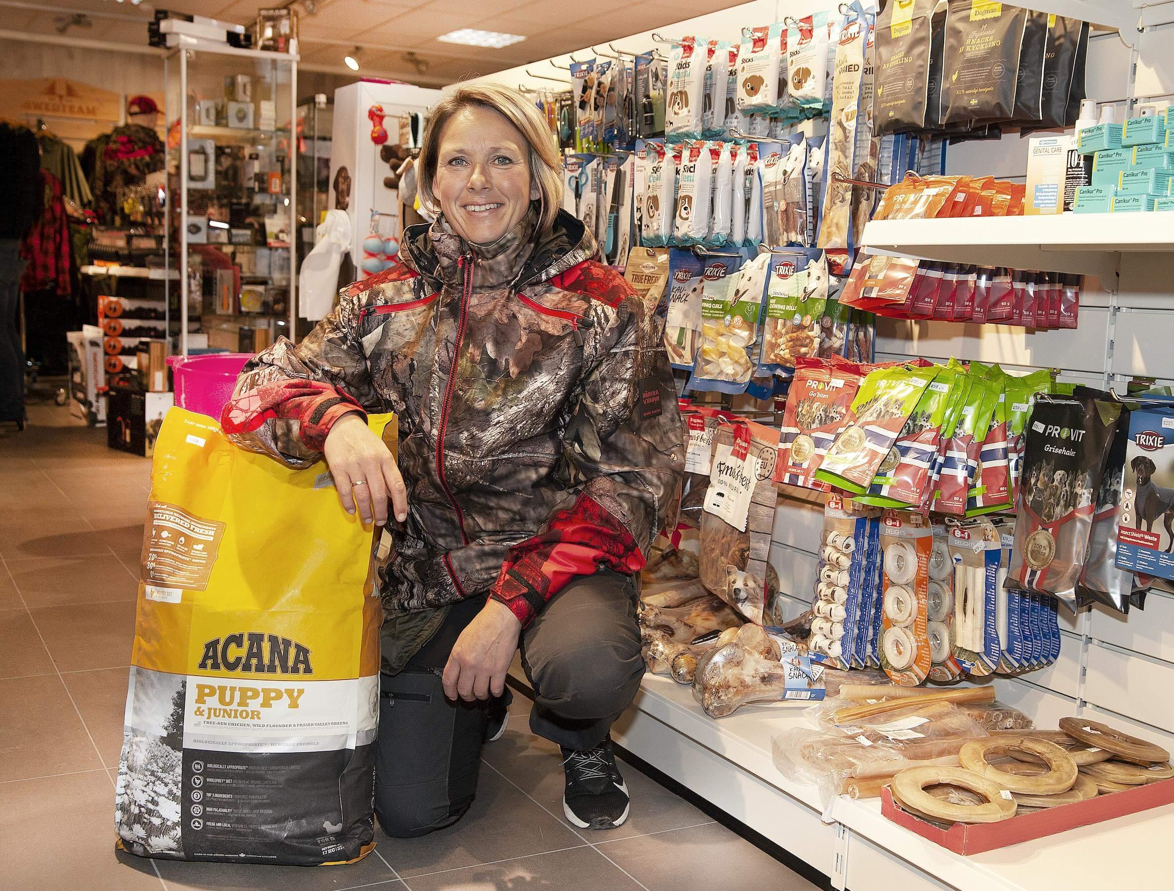 All slags utstyr og fôr til hund, enten du skal på jakt eller ikke med hunden din, finner du hos butikkmedarbeider Siv Hege Pedersen og Helgeland Villmarksenter i Rana.
