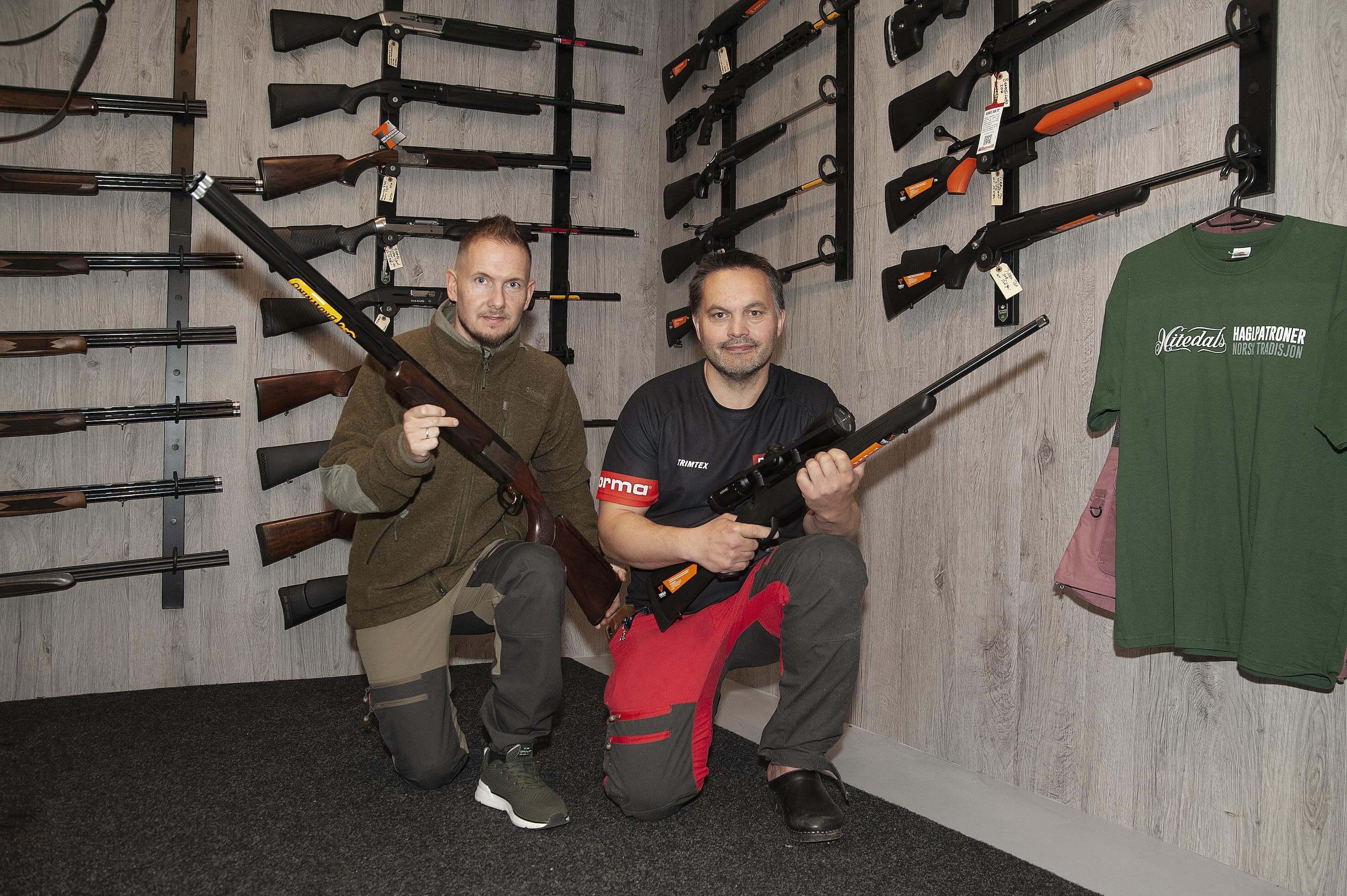 De to eierne og driverne av Helgeland Villmarksenter, Kristian Müller og Tor Ivan Johansen, har til sammen mange tiårs erfaring med jakt, våpenhåndtering og salg.