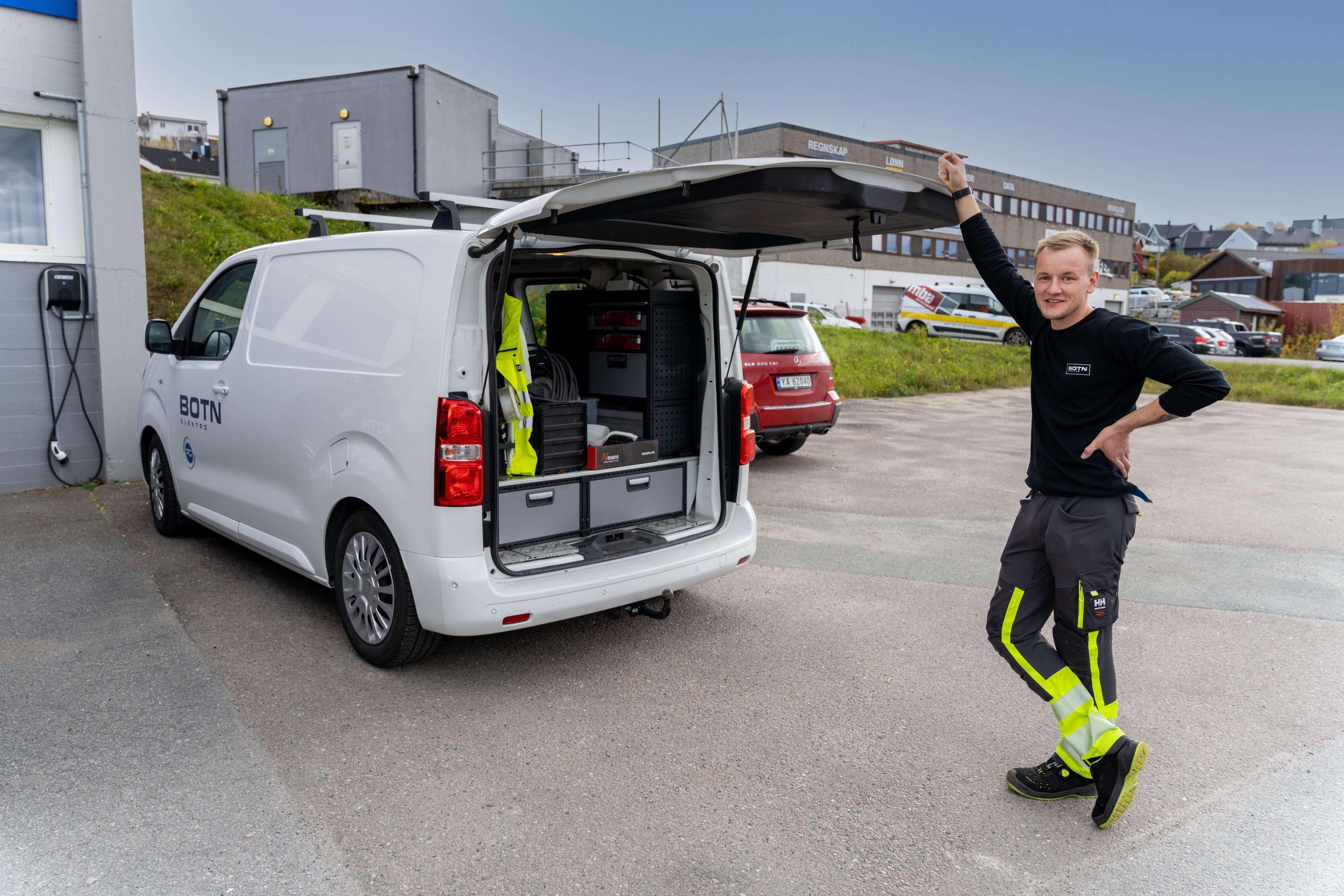 FULL KONTROLL: Sølve Vangen verdsetter å disponere egen servicebil og eget verktøy.