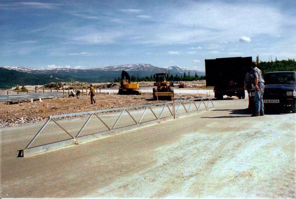 KREATIVE LØSNINGER: Bildet viser noen av de kreative verktøyene som ble laget til de siste finarbeidene før asfaltering.