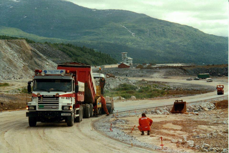 ENGASJERTE FAGFOLK: Fra det lokale Veidekkes asfaltering sommeren '94. Engasjerte og dyktige fagfolk la sin prestisje i utførelsen.
