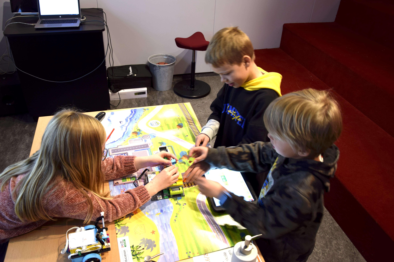 Elevene er iherdige og kreative når lego og bærekraft står på timeplanen. Foto: Kaja Reiertsen