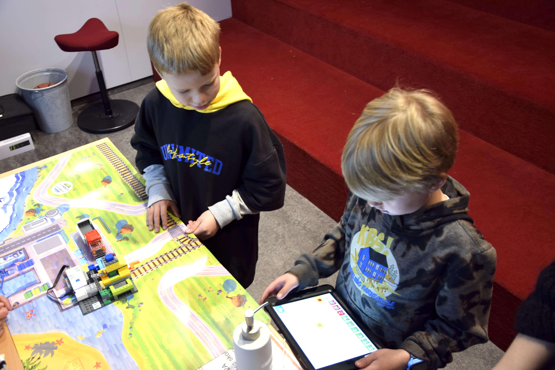 Storm og Sigve tester ut roboter. Foto: Kaja Reiertsen